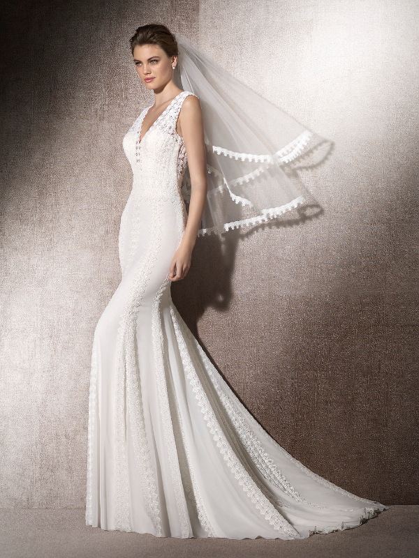 Vestido de novia sirena con escote pico.