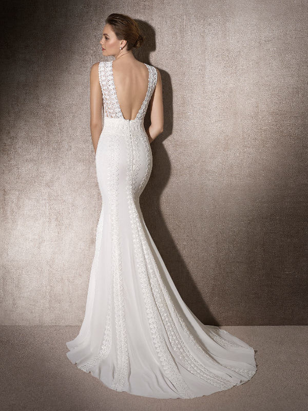 Espalda descubierta con tirante ancho de vestido de novia sirena.