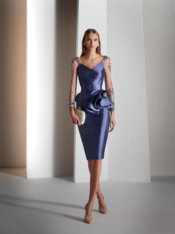 Vestido de madrina corto en color azul de Novias Pilar Gil